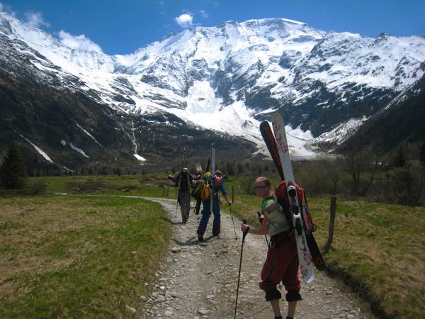 Hiking towards Refuge Plan Glacier
